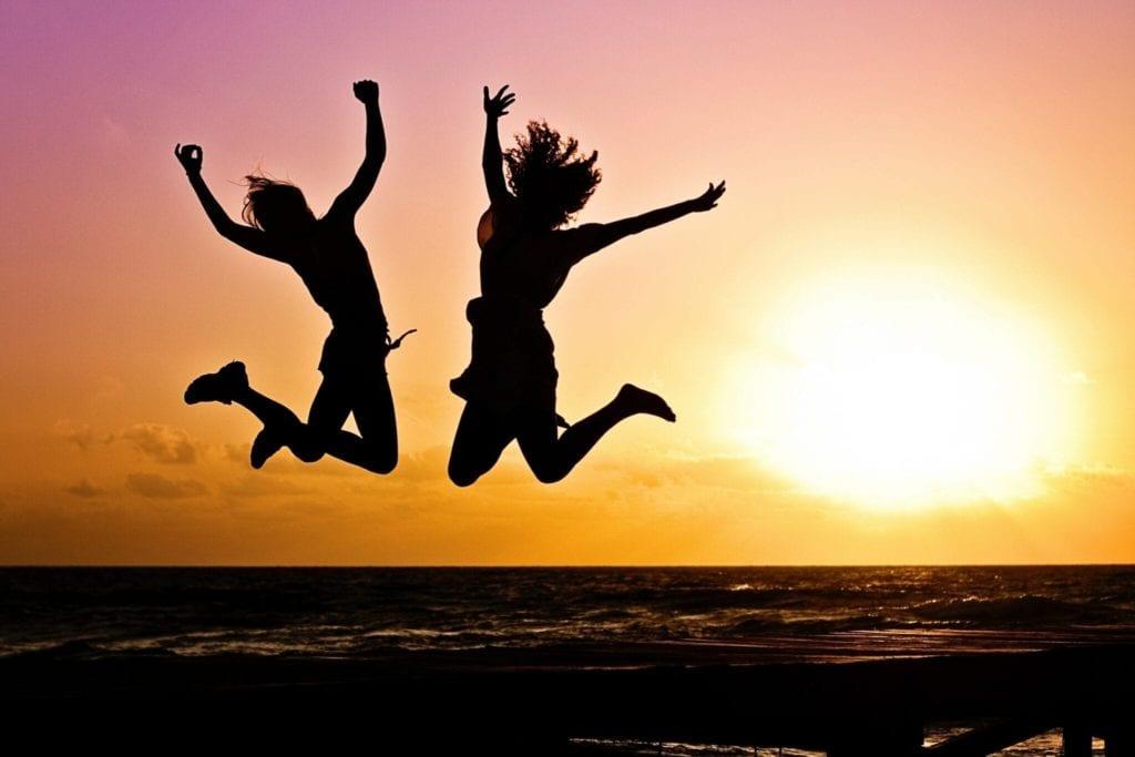 אנשים קופצים משמחה